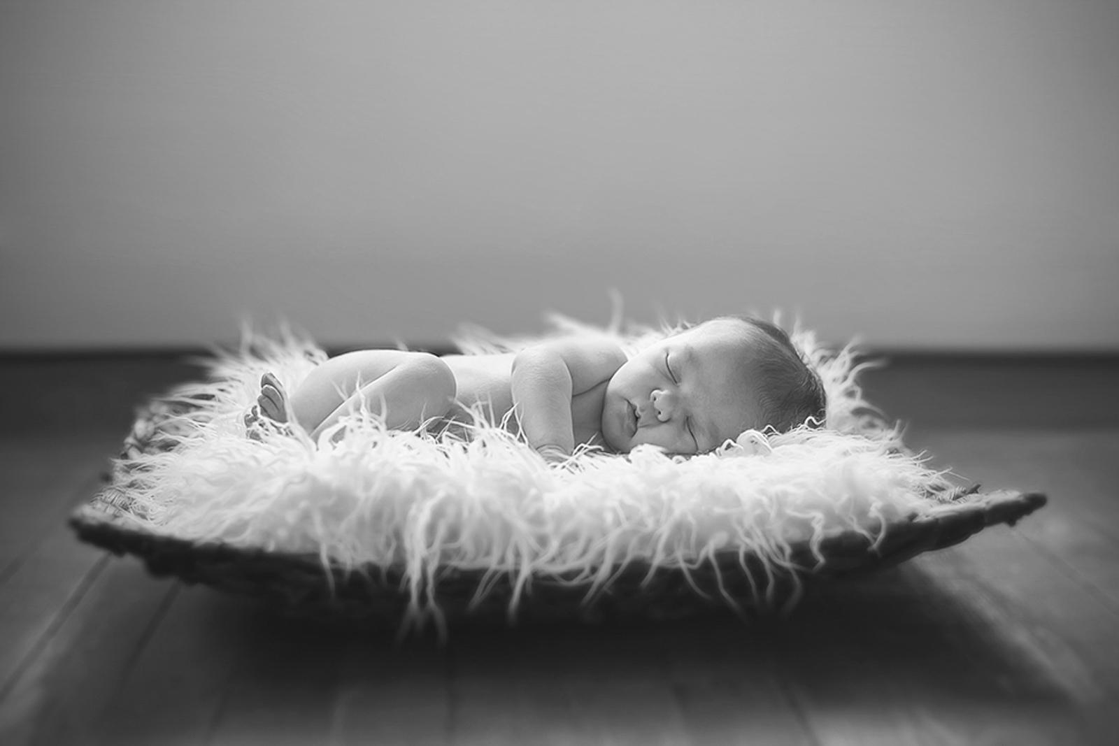 newborn-blackandwhite-studio-posed-104.JPG