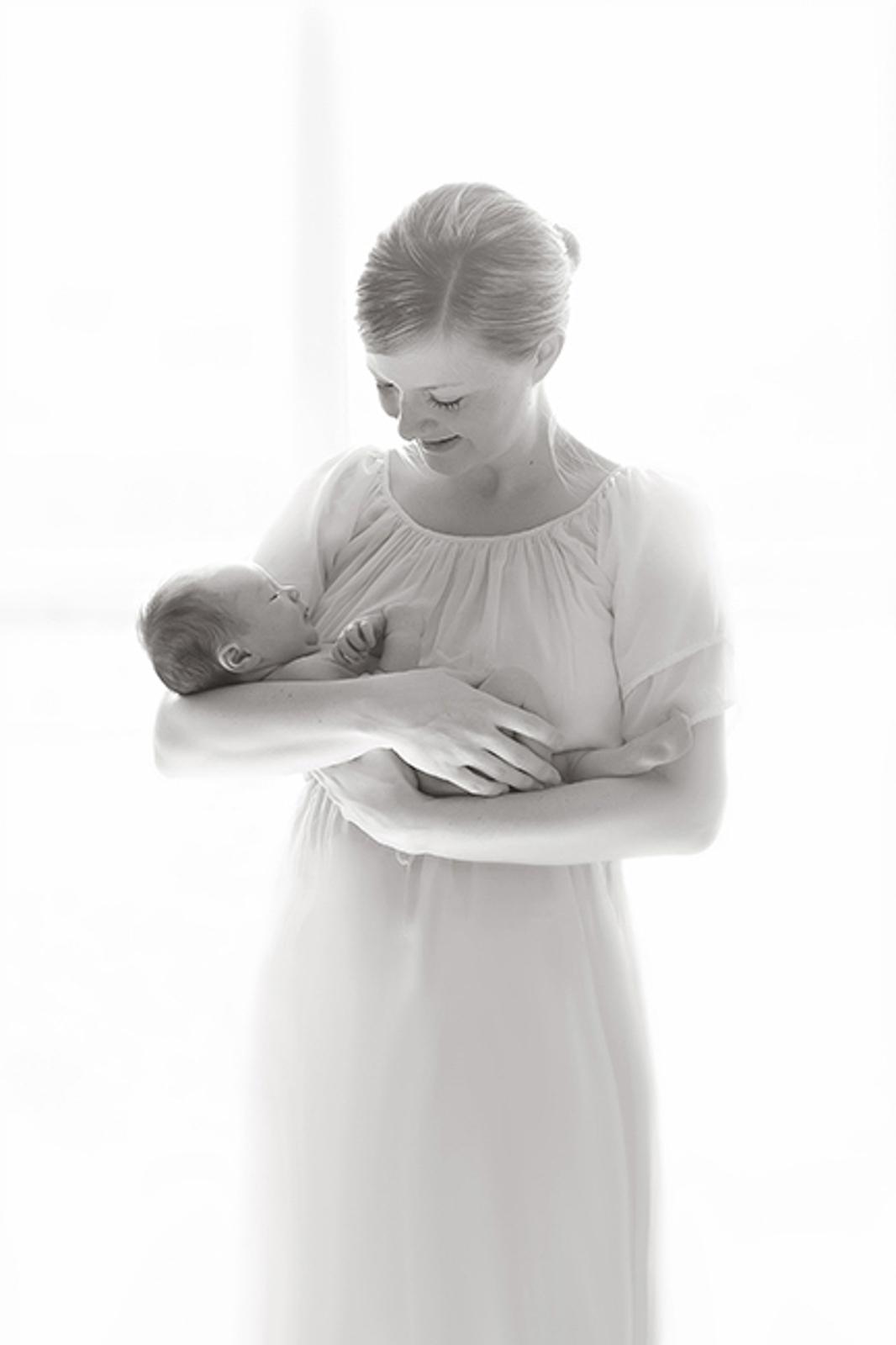 newborn-blackandwhite-studio-posed-107.JPG