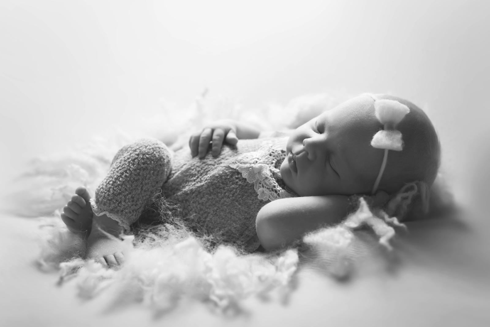 newborn-blackandwhite-studio-posed-118.JPG