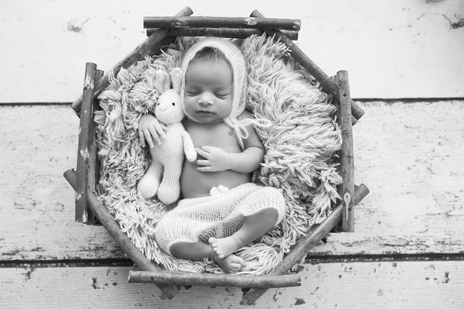 newborn-blackandwhite-studio-posed-121.JPG