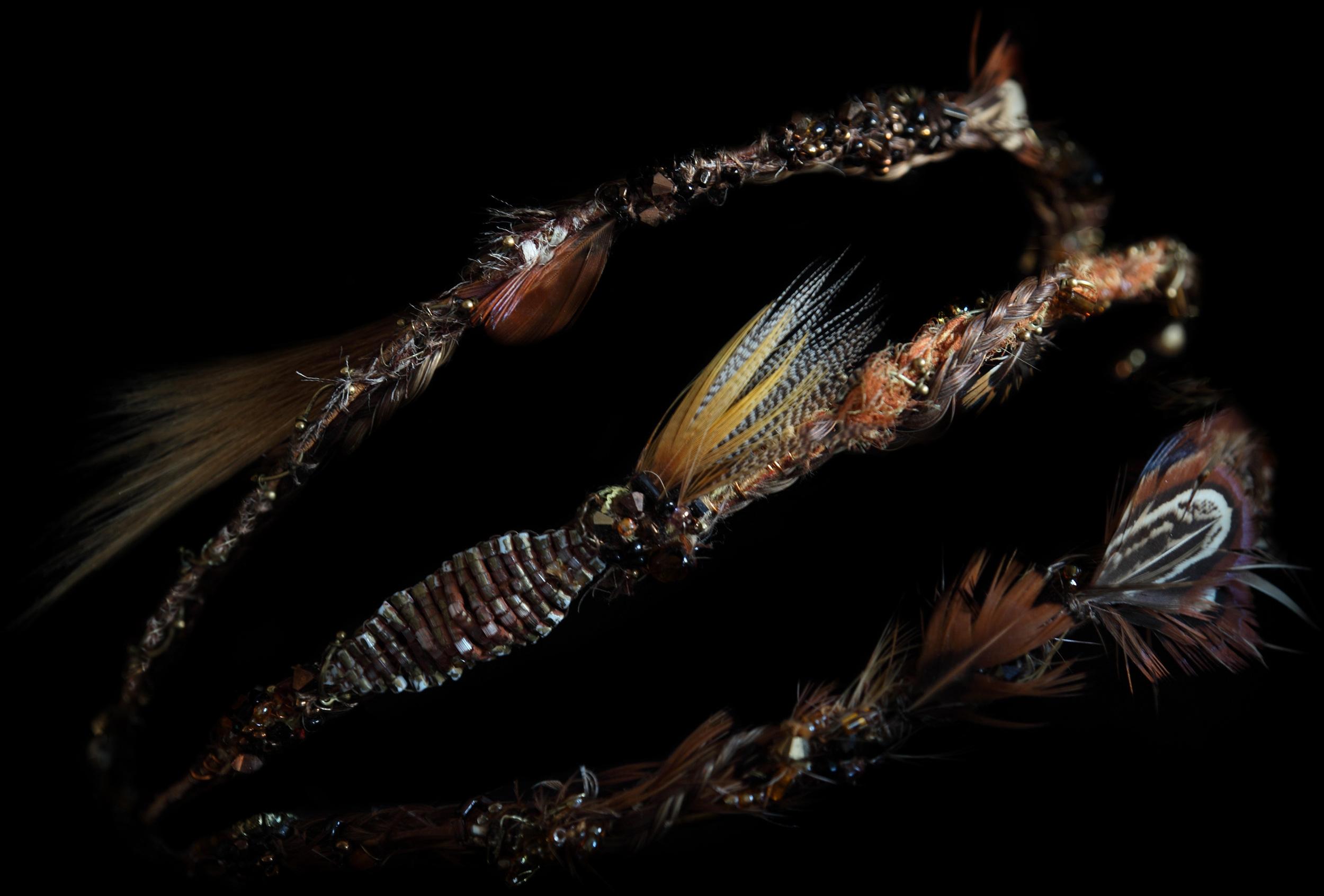 Réalisation serre-tête 3 branches brodés de perles et plumes.
