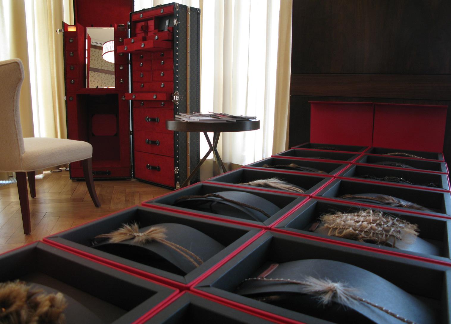 """Présentation des accessoires lors de la tournée """"Hair Room Service Around The World de John Nollet"""" en 2009."""