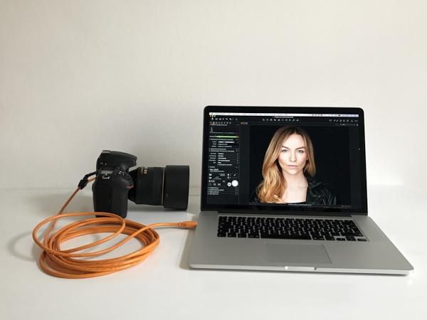 Beim  tethered shooting  wird die Kamera über ein Datenkabel mit dem Computer verbunden.