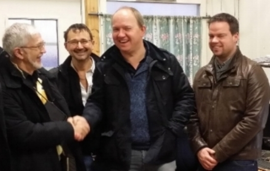 Eric Björkman skakar hand med PGS Group vd Luc Grauwet. Med på bilden är också Teknikchefen Ruben Coene (t.h) och PGS Groups Energikonsult (t.v).