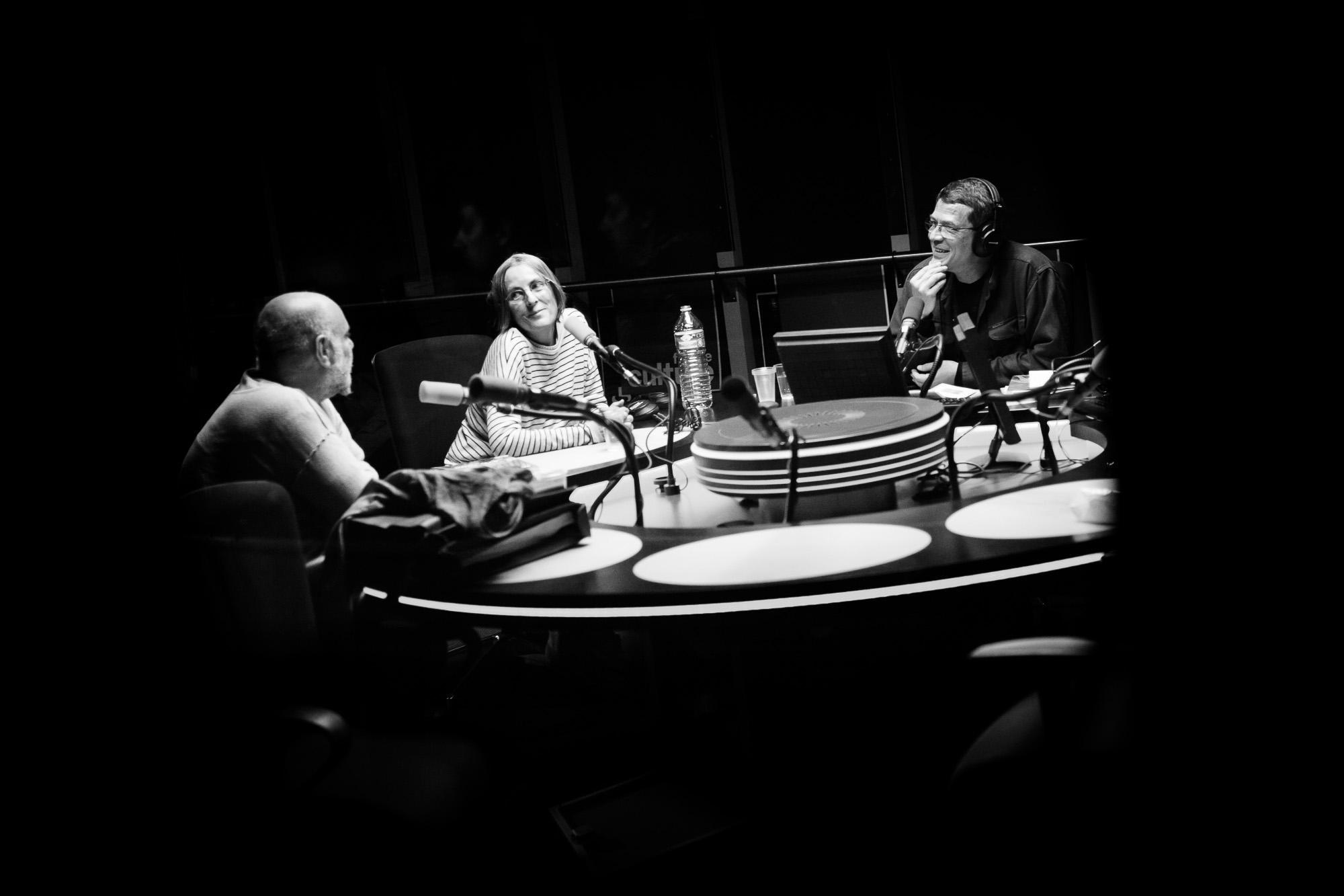 Marie Morel lors de l'enregistrement d'une émission sur France Culture. Paris, 2011.