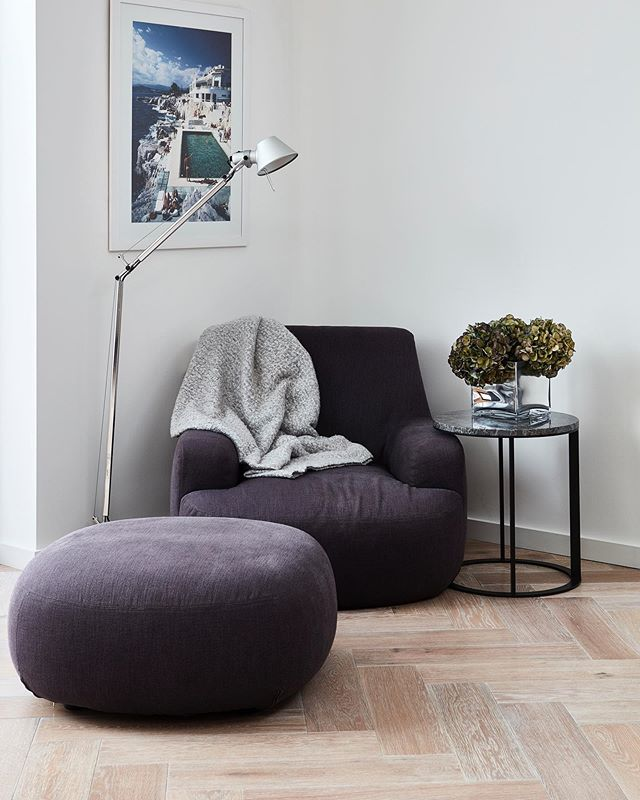 I spent all day curled up in this chair yesterday with Alba @poliformuk @moffee_ltd @artemide_lighting @slim_aarons #design #interiordesign #furnituredesign #modernfurniture