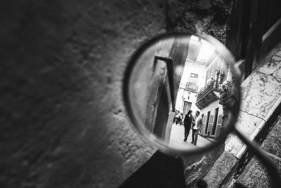 raquel mirando fotografia | sesión | jessica&harold-16.jpg