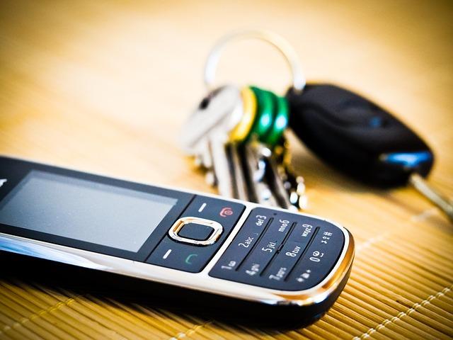 keys and phone-949095_640 pixabay.jpg