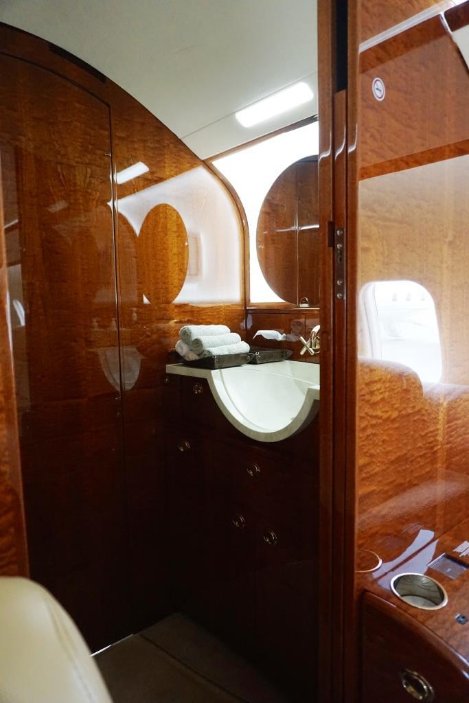 2007 Challenger 300 Lavatory
