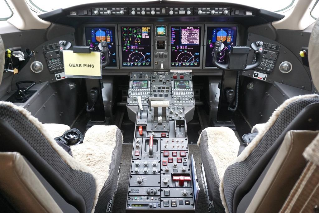 2007 Challenger 300 Cockpit
