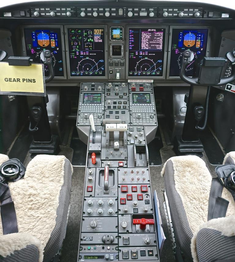 2007 Challenger 300 Cockpit 2