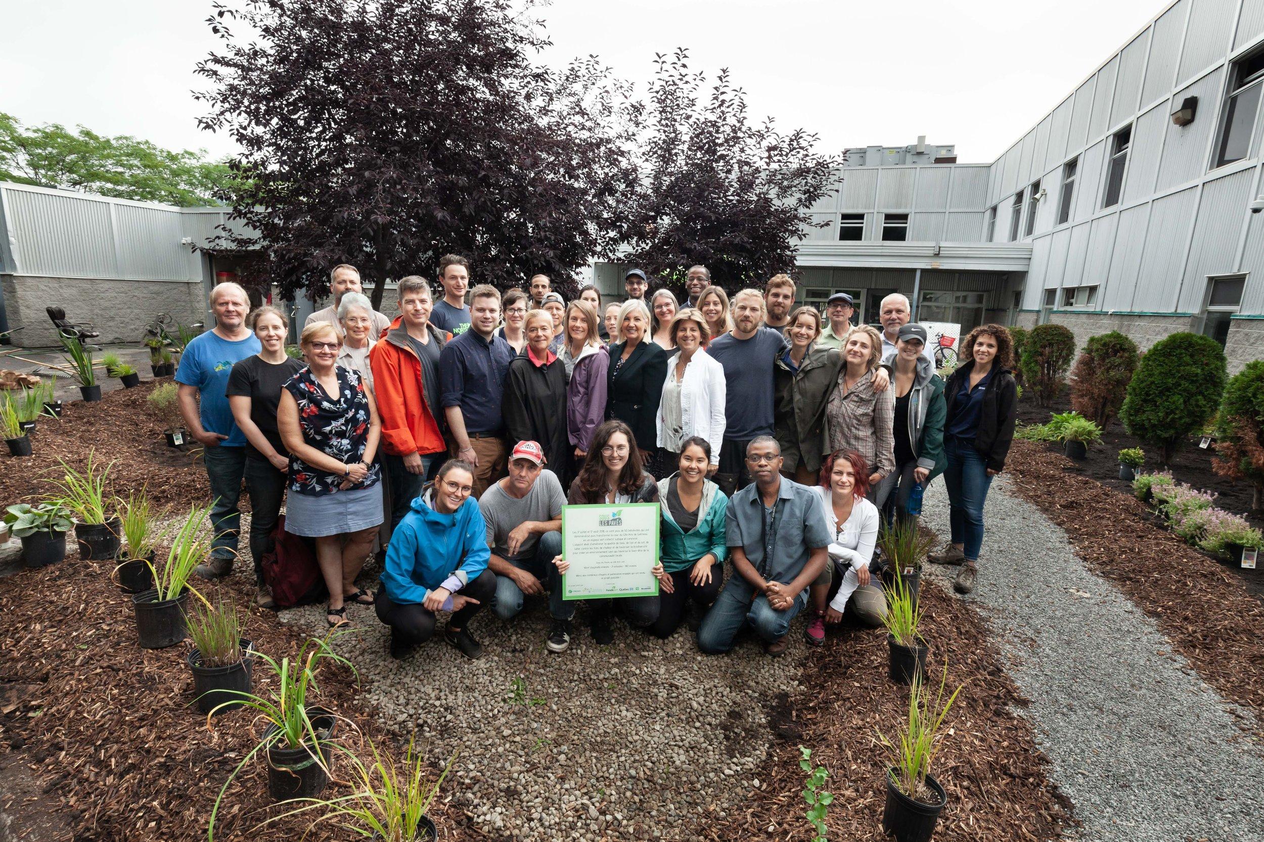 Gîte Ami de Gatineau - Le premier site réalisé au Québec est en Outaouais, au Gîte Ami de Gatineau ! Le 17 juillet 2018, près de 60 bénévoles ont mis la main à la pâte en arrachant 90 m² d'asphalte dans la cour du Gîte grâce à l'implication d'Énergie Brookfield. Cette journée a permis de préparer le terrain qui sera revitalisé grâce à un procédé naturel de permaculture : un jardin de pluie !