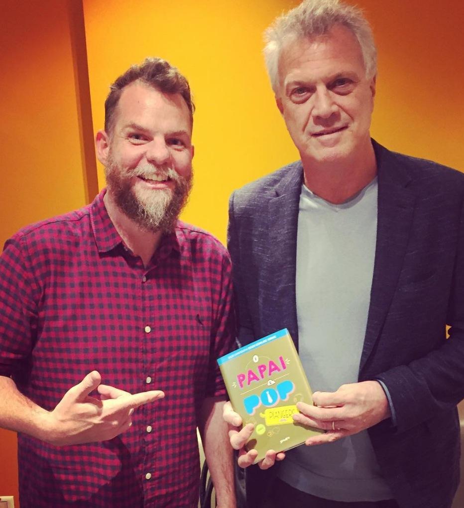 Marcos Piangers ao lado de Pedro Bial, que segura o livro O Papai é Pop