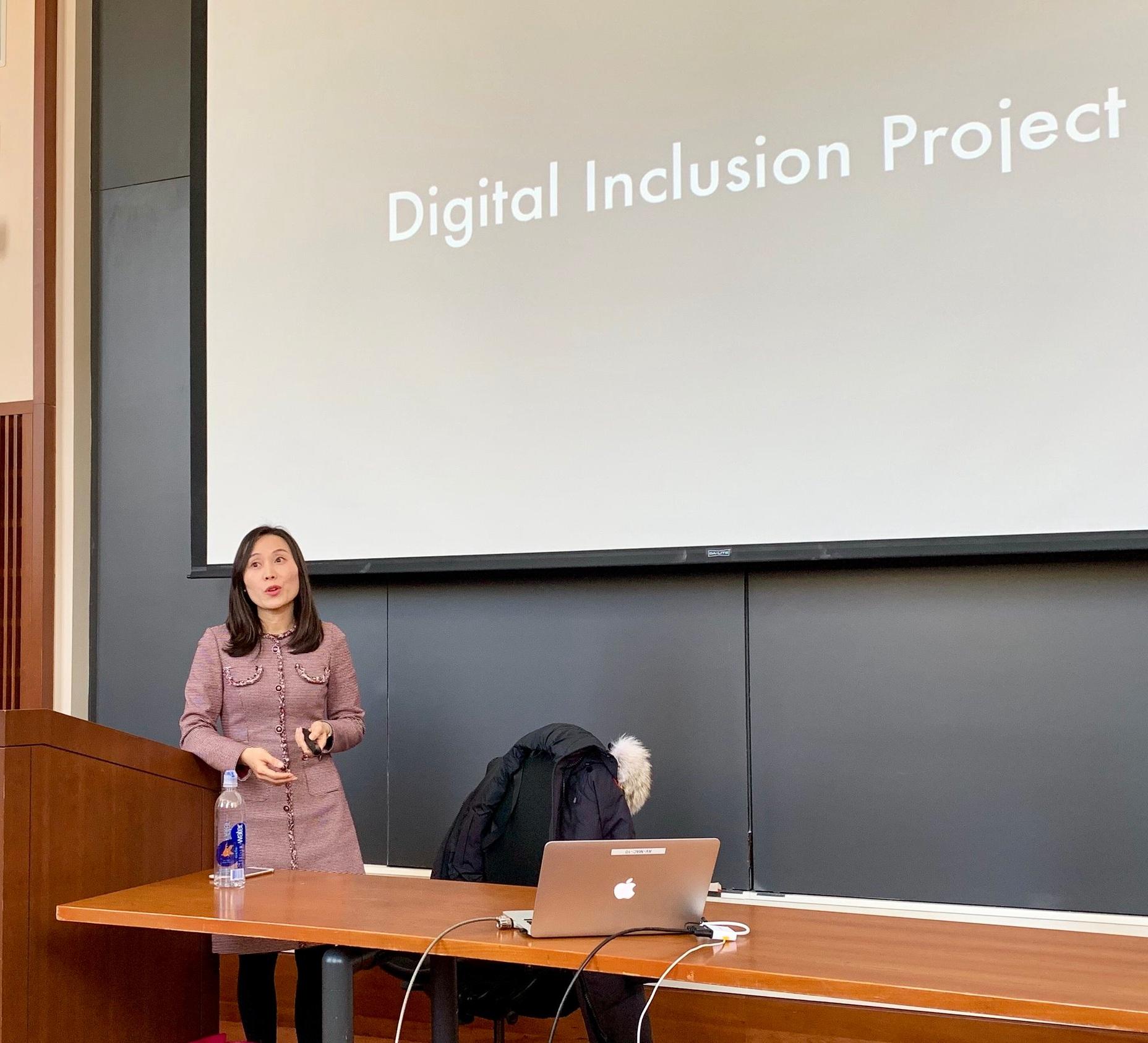 Associate Professor Hyunjin Seo gave a presentation at Harvard Law School on March 5.
