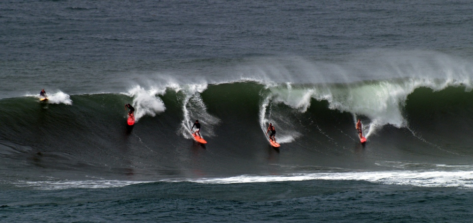 Many%20Surfers%20on%20Same%20Wave%20in%20Waimea%20Bay%20Flickr%20Finches_50[1].jpg