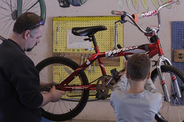 Picture says it all. 😊 #buildabike #fathersontime #bondingoverbikes #lifeskills #communitybikeshop #diy #handsonlearning #toolsinthehands #youthonbikes #missoula #montana #ridebikeseveryday #pedalpower #bicycle #teamwork #familieswhobiketogether #fixit
