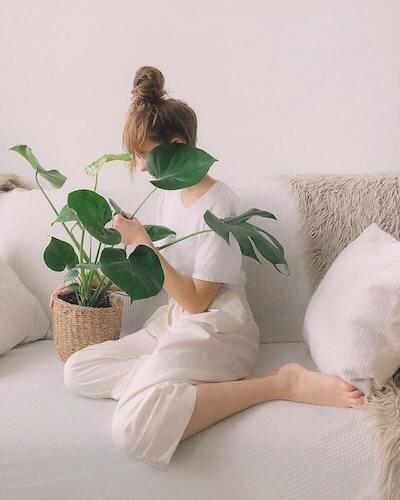 girl-indoors-mobilechallenge-887767 (1).jpg