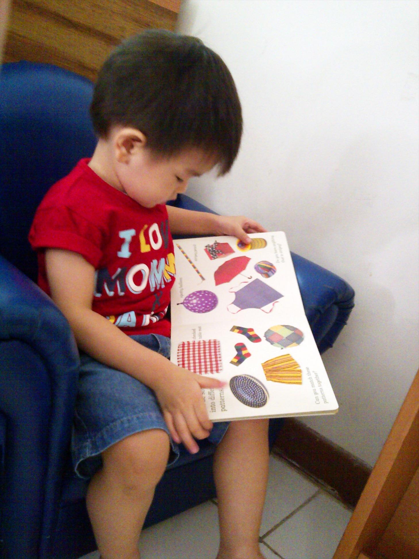 Pojok membaca di kelas Nursery/Playgroup (gemes ama sofa kecilnya) :)