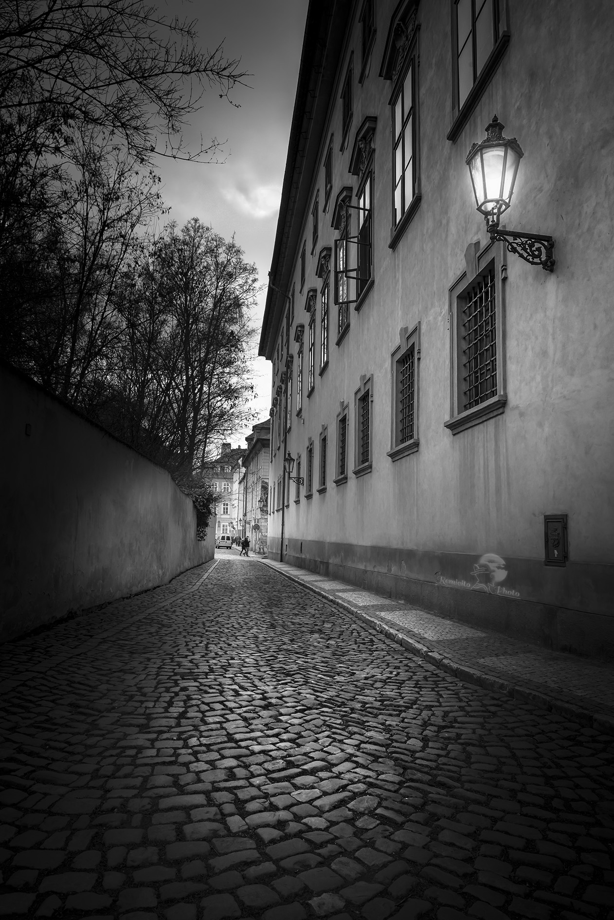 remicito photo 08-05-2016 city, black and white, Prague, street photography, sunset