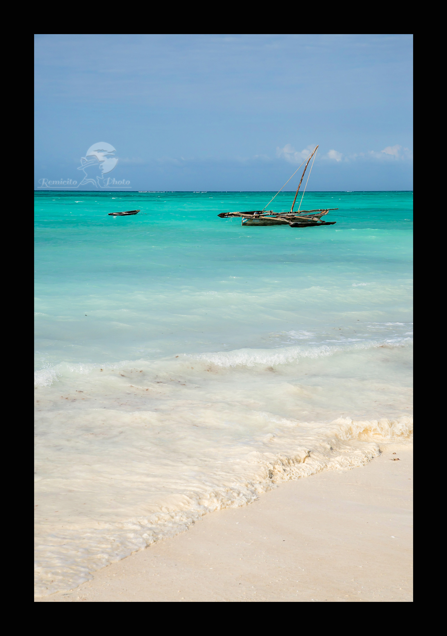 remicito photo, image du jour, photo du jour, photo of the day, photo plage zanzibar, eau turquoise Zanzibar, bateau pêche Zanzibar, belle photo plage, photo eau turquoise, eau limpide, plage de sable blanc, île zanzibar, photo tanzanie plage