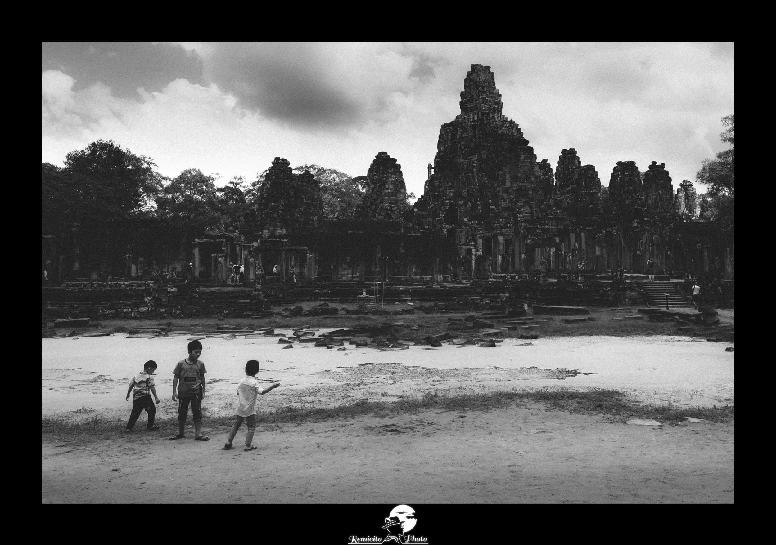 remicito photo, image du jour, photo du jour, photo of the day, black and white angkor, angkor temples, temples d'Angkor Cambodge, photo voyage cambodge, photo cambodge siam, photo enfants noir et blanc, idée cadeau, idée déco