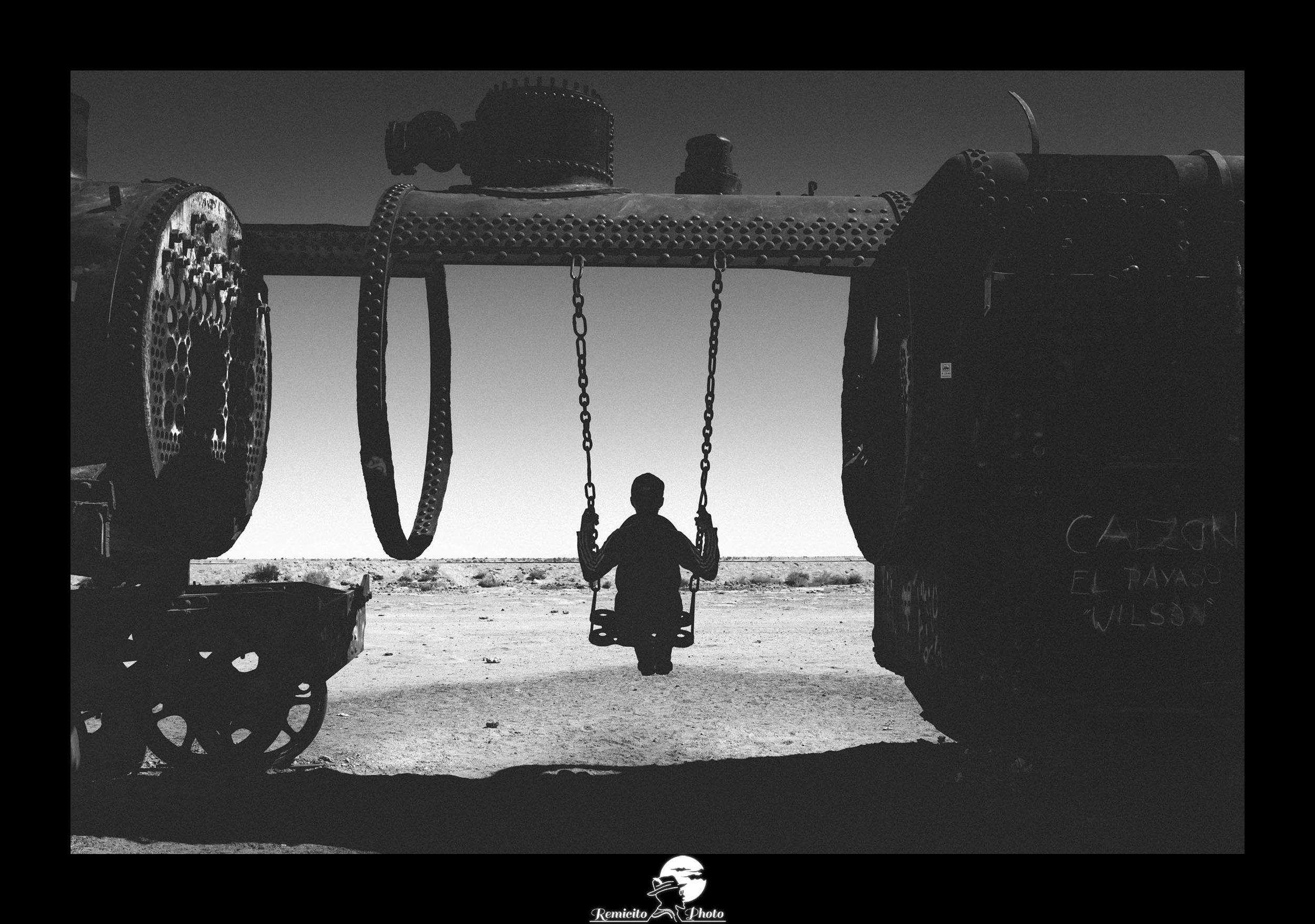 remicito photo, remicito, photo du jour, photo of the day, image du jour, photo noir et blanc salar d'uyuni, salar of uyuni, photo bolivia, photo bolivie voyage, belle photo balançoire, belle photo noir et blanc, idée cadeau photo