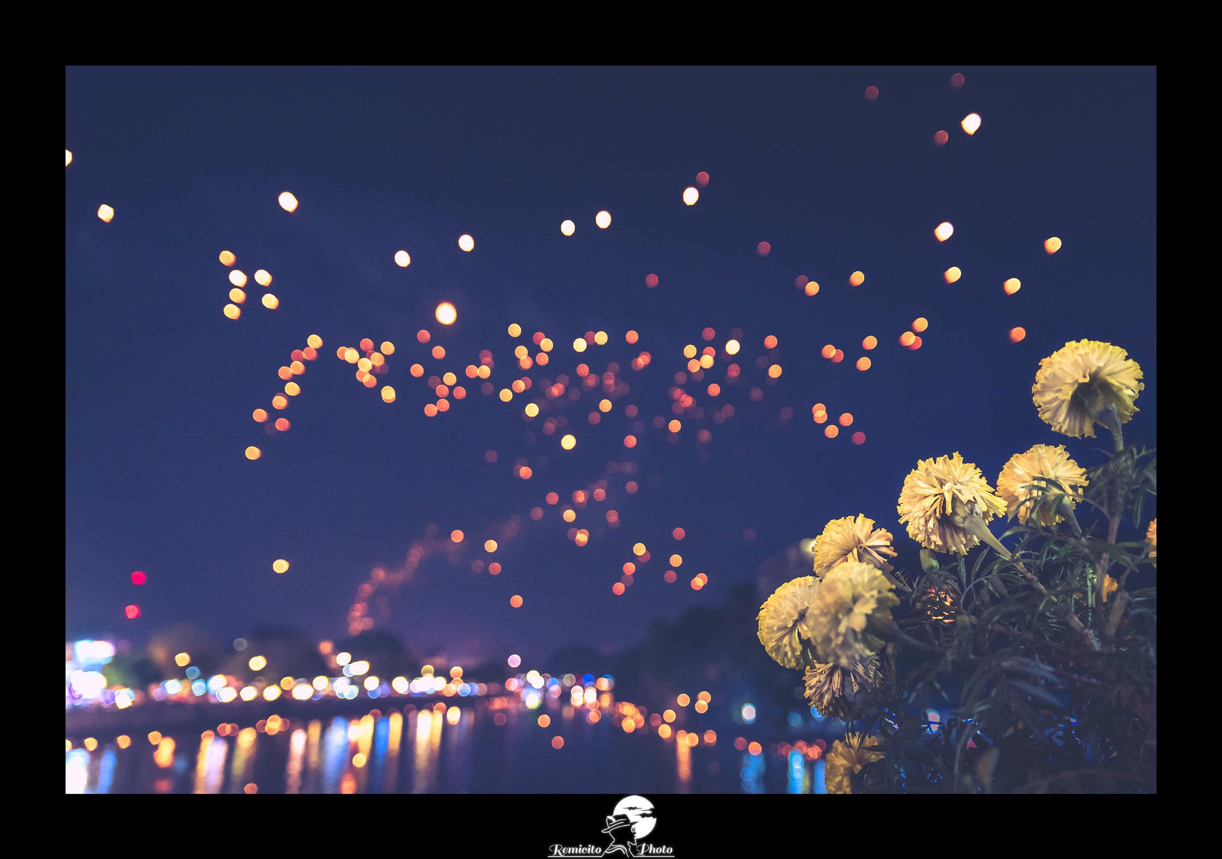 remicito photo, image du jour, photo du jour, photo of the day, remicito, lucioles dans le ciel, belle photo thailande lanternes, lanternes festival thailande, firefly photograph, belle photo, idée cadeau, best french photographer