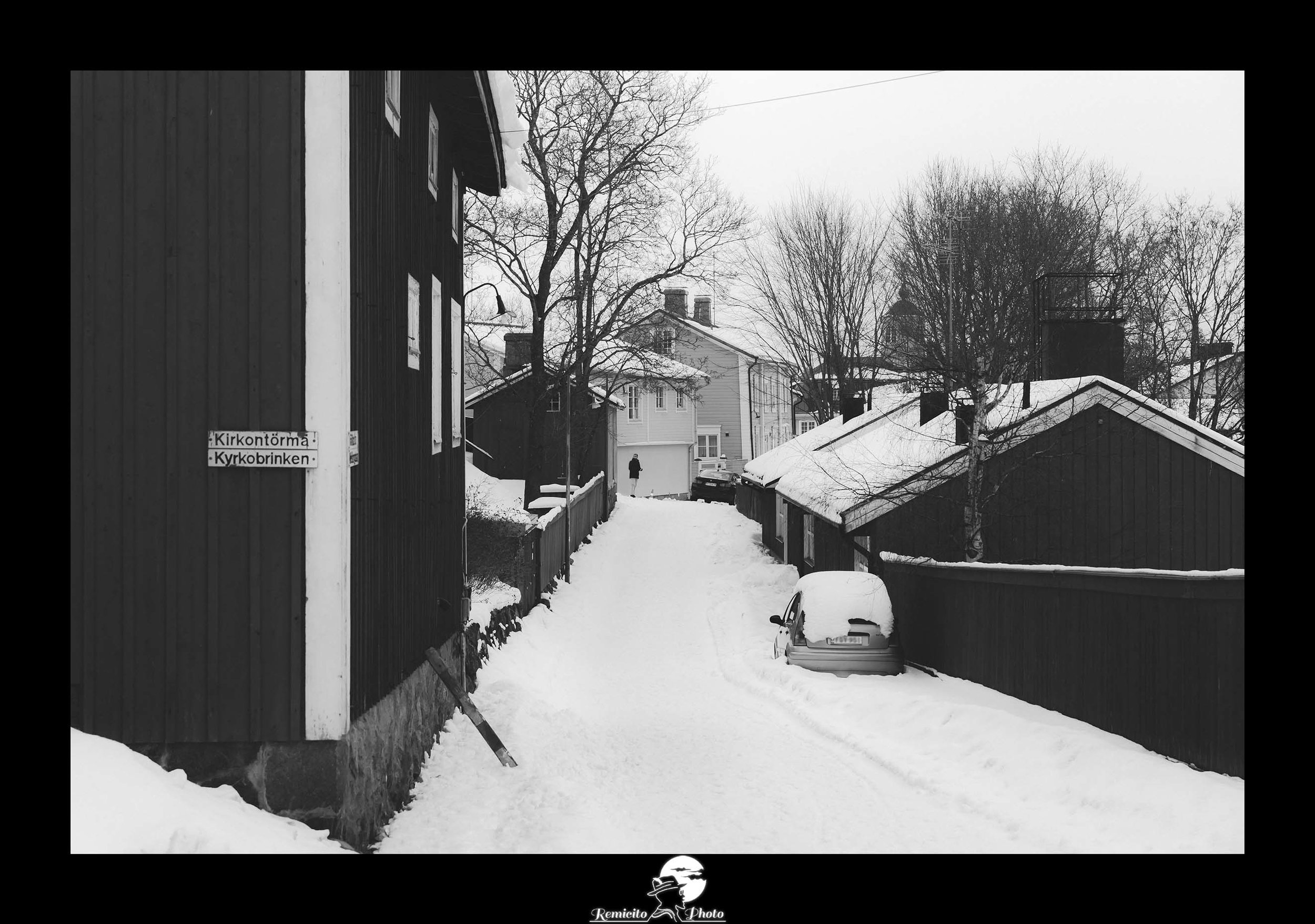 remicito photo, remicito, image du jour, photo noir et blanc du jour, photo porvoo finlande neige, voiture sous la neige, voiture piégée sous neige, belle photo noir et blanc neige, ville enneigée finlande, idée cadeau photo neige