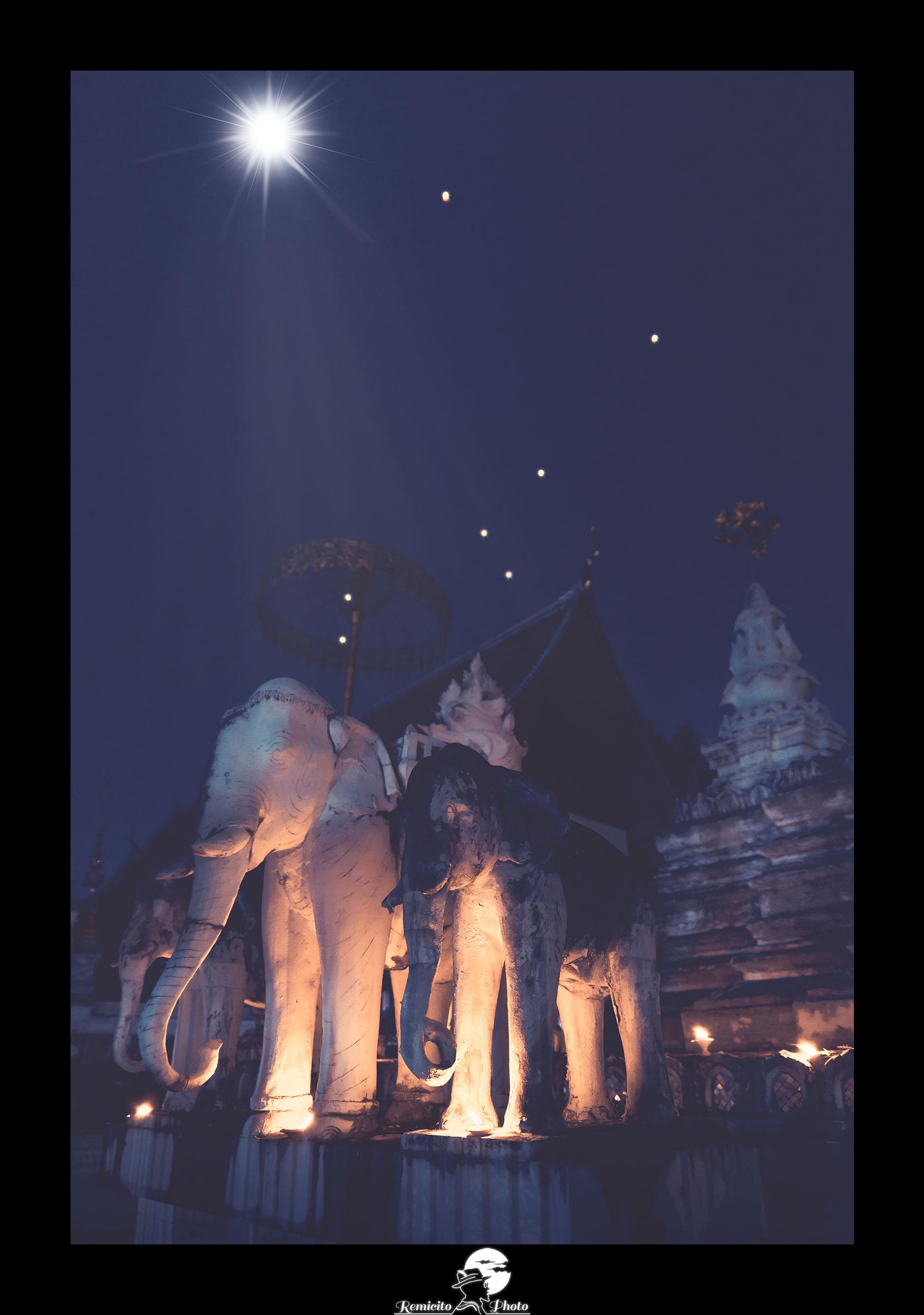 Remicito photo, remicito, image du jour, photo du jour belle image, photo of the day, voyage thaïlande festival lanternes, lanternes ciel de nuit lune, belle photo idée cadeau lanterne