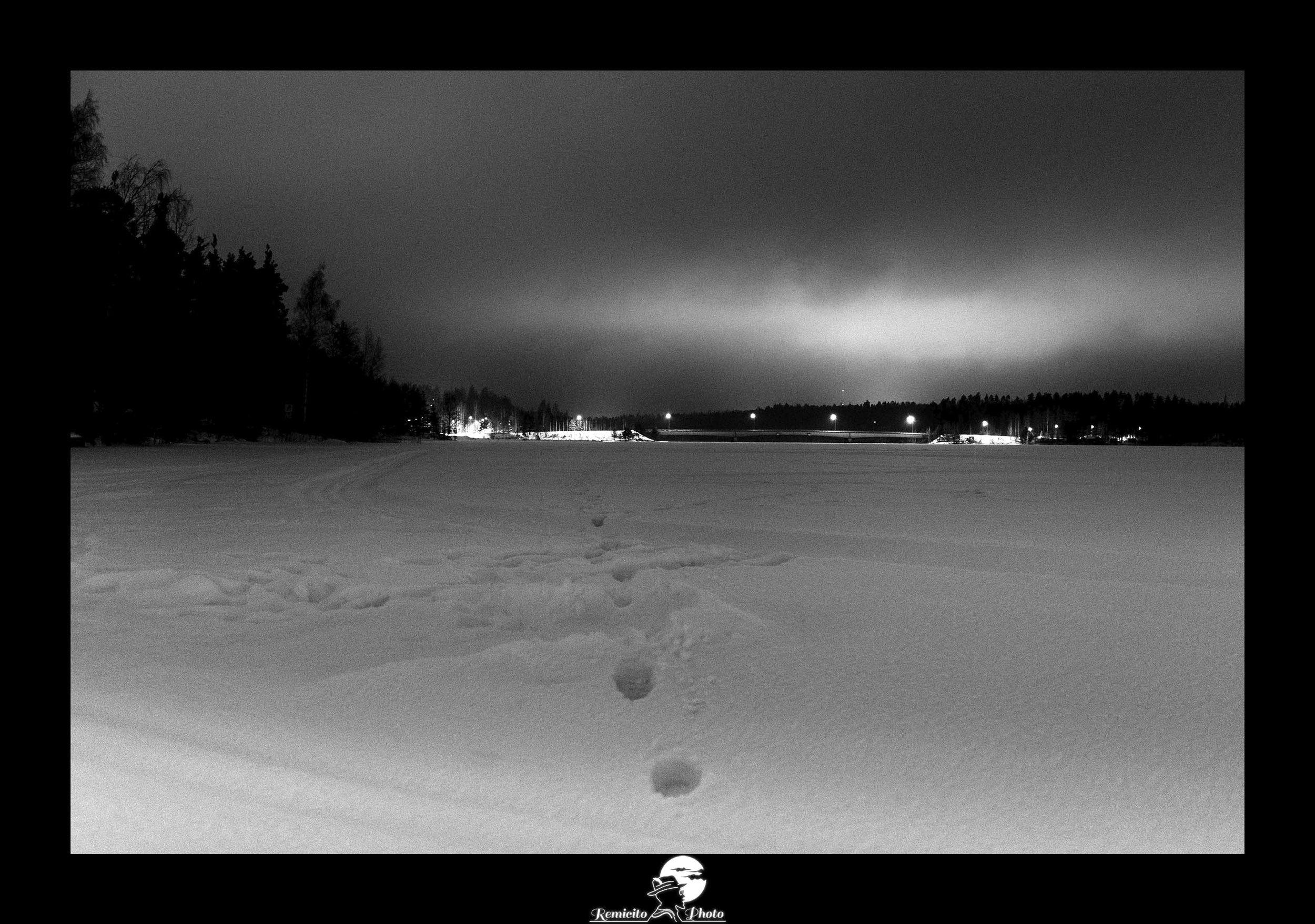 Remicito photo, rémi lacombe photographe voyage, belle photo idée cadeau, traces pas neige photo, photo noir et blanc cadeau, photo finlande noir et blanc nuit