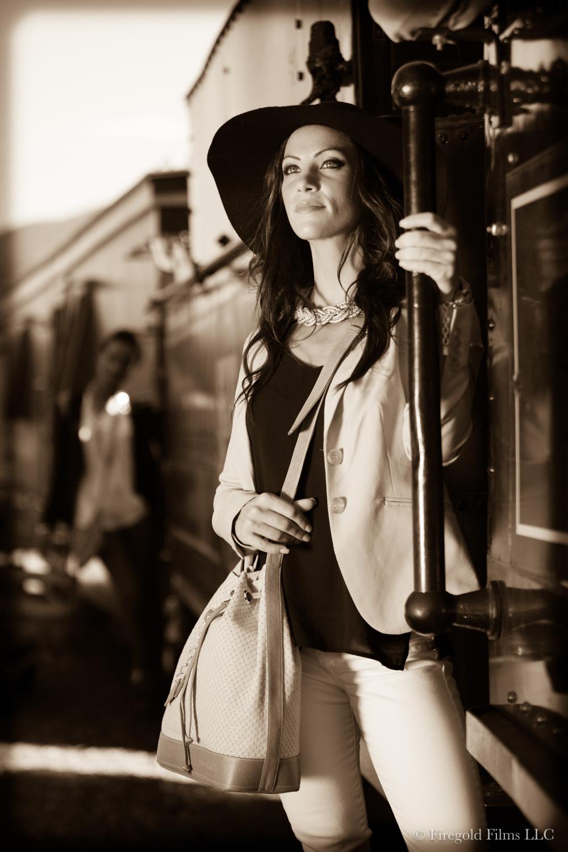 woman-robs-train
