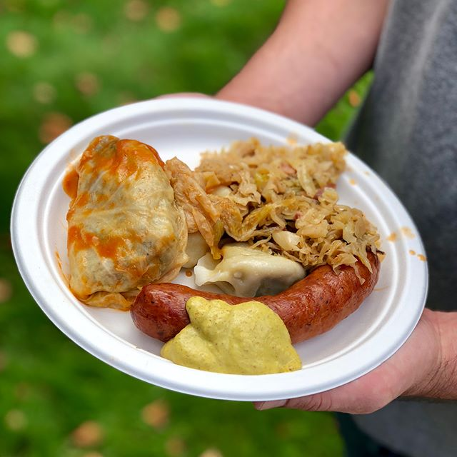 The 25th Annual Polish Festival is bumping on this beautiful autumn day! Tasty pierogi, gołąbki, kiełbasa and bigos but I think my fave was the sizzling ćevapi with chewy warm flatbread, ajvar, diced onion and cooling sour cream. 🇵🇱