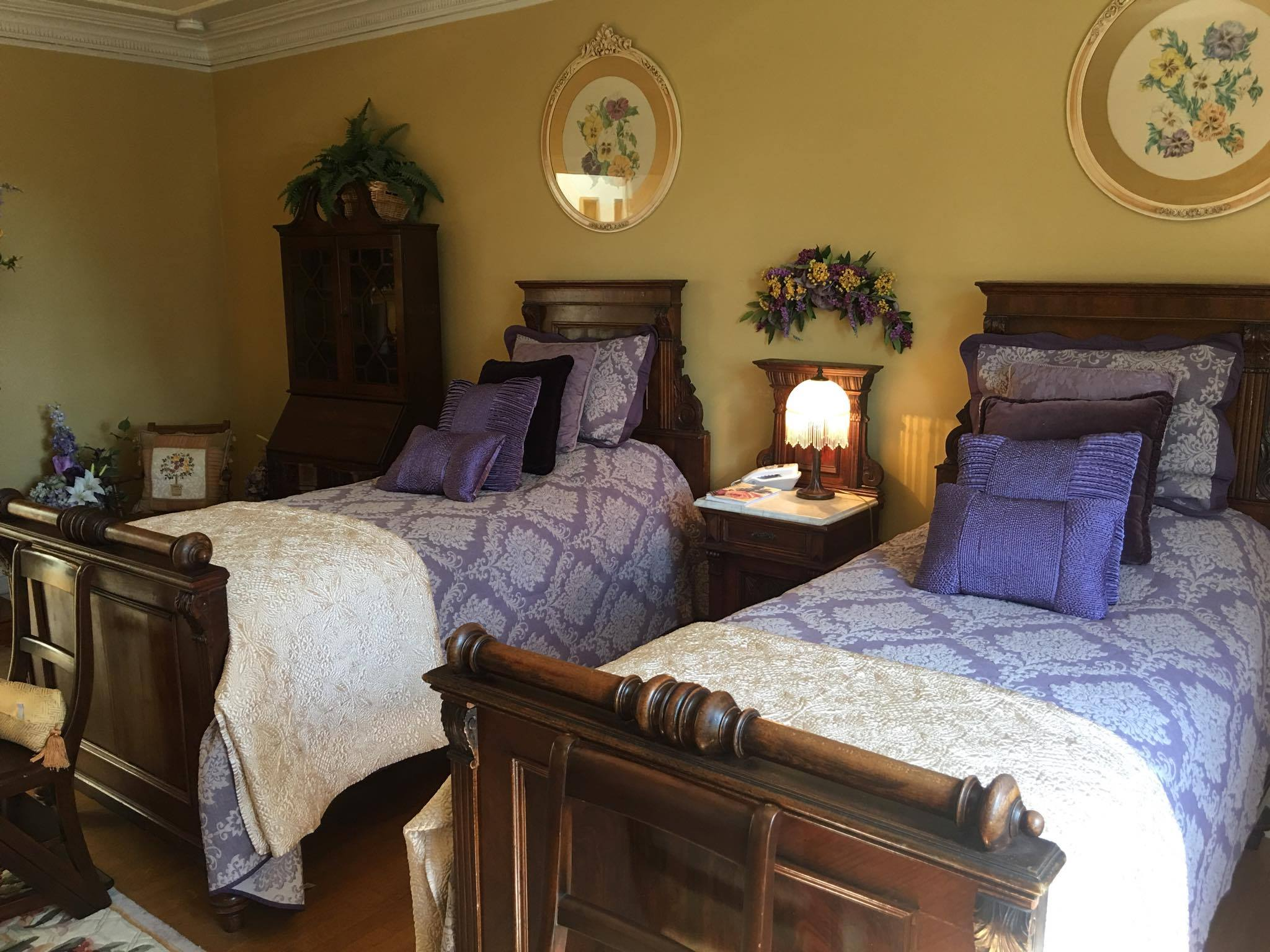2 Twins - Plush twin French beds, antiques, electric fireplace, detached full bathroom with tub and shower head
