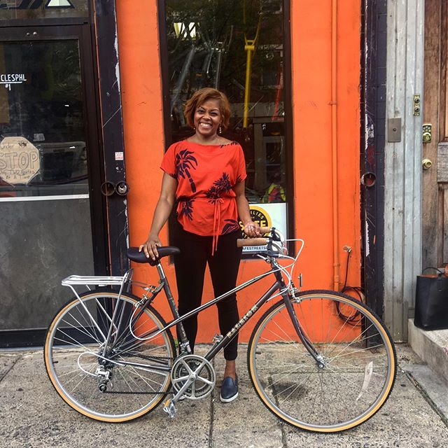 Shonda came in looking for a bike that feels good and looks cute and she picked a great bike for both needs! This @raleighbicycles mixte is an elegant used frame with good cruiser bars, flashy cable housing, and comfy cork grips! #cyclesphl #northphilly #newbikeday #raleighbikes #usedbikes