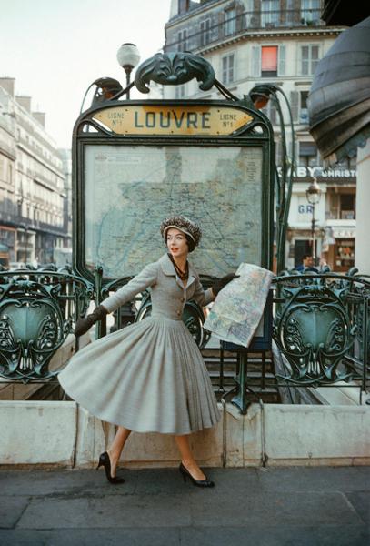 paris_dior_louvre_subway.jpg