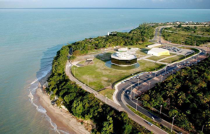Estação Cabo Branco - No Bairro Altiplano, visite a Estação do Cabo Branco. O belo edifício foi projetado pelo grande arquiteto,Oscar Niemeyer. É um centro de arte, cultura e tecnologia da cidade. Abriga um auditório, anfiteatro, lanchonete e loja, além de um amplo estacionamento.Foto: José Marques