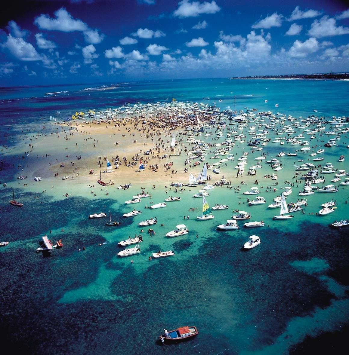 PASSEIO A ILHA DE AREIA VERMELHA - Em frente àpraia de Camboinha, está a Ilha de Areia Vermelha.Na maré baixa, esta ilha é formada por um grande banco de areia de cor avermelhada, de onde surgiu seu nome.O embarque e desembarque, acontece na do Praia do Poço, localizada a 10 km ao norte de João Pessoa.O passeio é realizado em catamarãs e tem duração aproximada de três horas.foto:SECOM/PlantãoPB.com.br