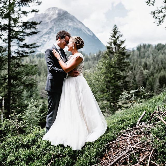 When it takes you more than a year to write a blog post about one of your favourite weddings, you know that you have been busy 😂 The more I am excited to give you a little insight about Alex and Fabi's destination wedding in Tirol. Find the full entry on my blog now (link in comments) Thanks for having me @aalexandrastenger & @fast_muc and see you for our reunion ❤️ ⠀ #wedding #destinationweddingaustria #tirol #seefeld #destinationwedding #weddingphotography #destinationweddingphotography #lovestories #mountains #getttingmarried #constantinwedding #santiagoboceta