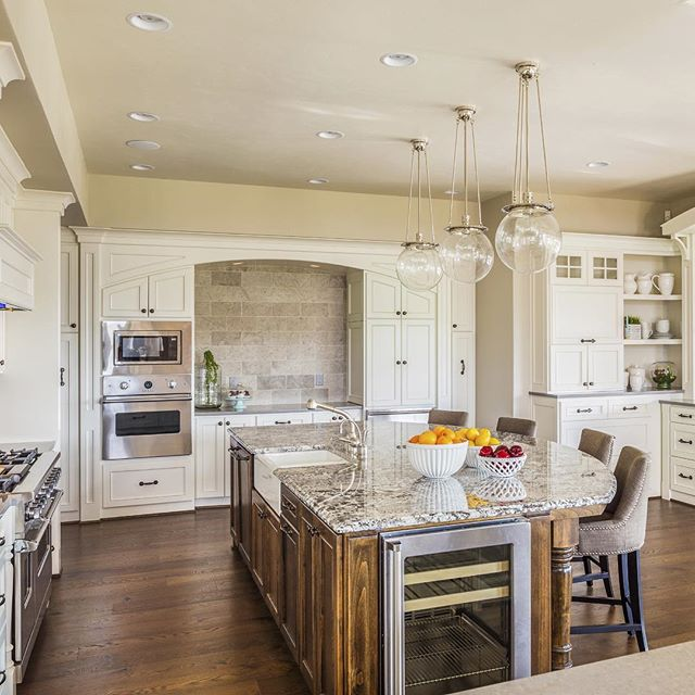 Timeless kitchen 💛 I particularly love the two toned cabinets and pendants from #rejuvenation @rejuvenation!! #interiordesign #interiors #interior #interiorstyling #instadesign #mystyle #kitchendesign #classic #luxury #timeless #portland #instaportland #cabinet #pendant #interiordecor #accessories #kitchen