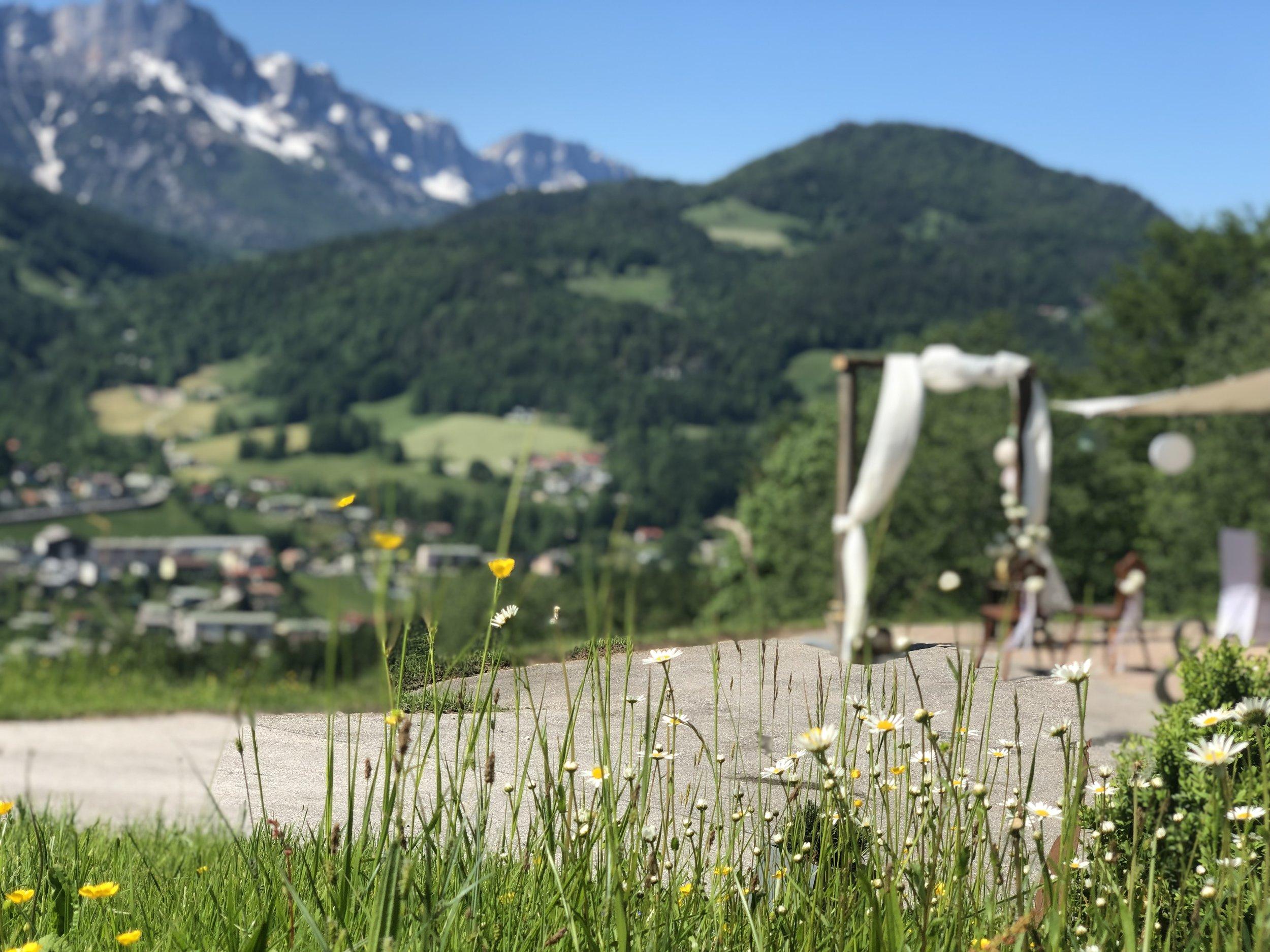 Trauung - Tief in den bayrischen Alpen können Sie Ihre Traumhochzeit mit einer atemberaubenden Kulisse genießen. Selten findet man schönere und malerische Orte für Standesämter und Kirchen wie in der Region Berchtesgaden.Auch an traumhaften Plätzen für eine freie Trauung mangelt es nicht.