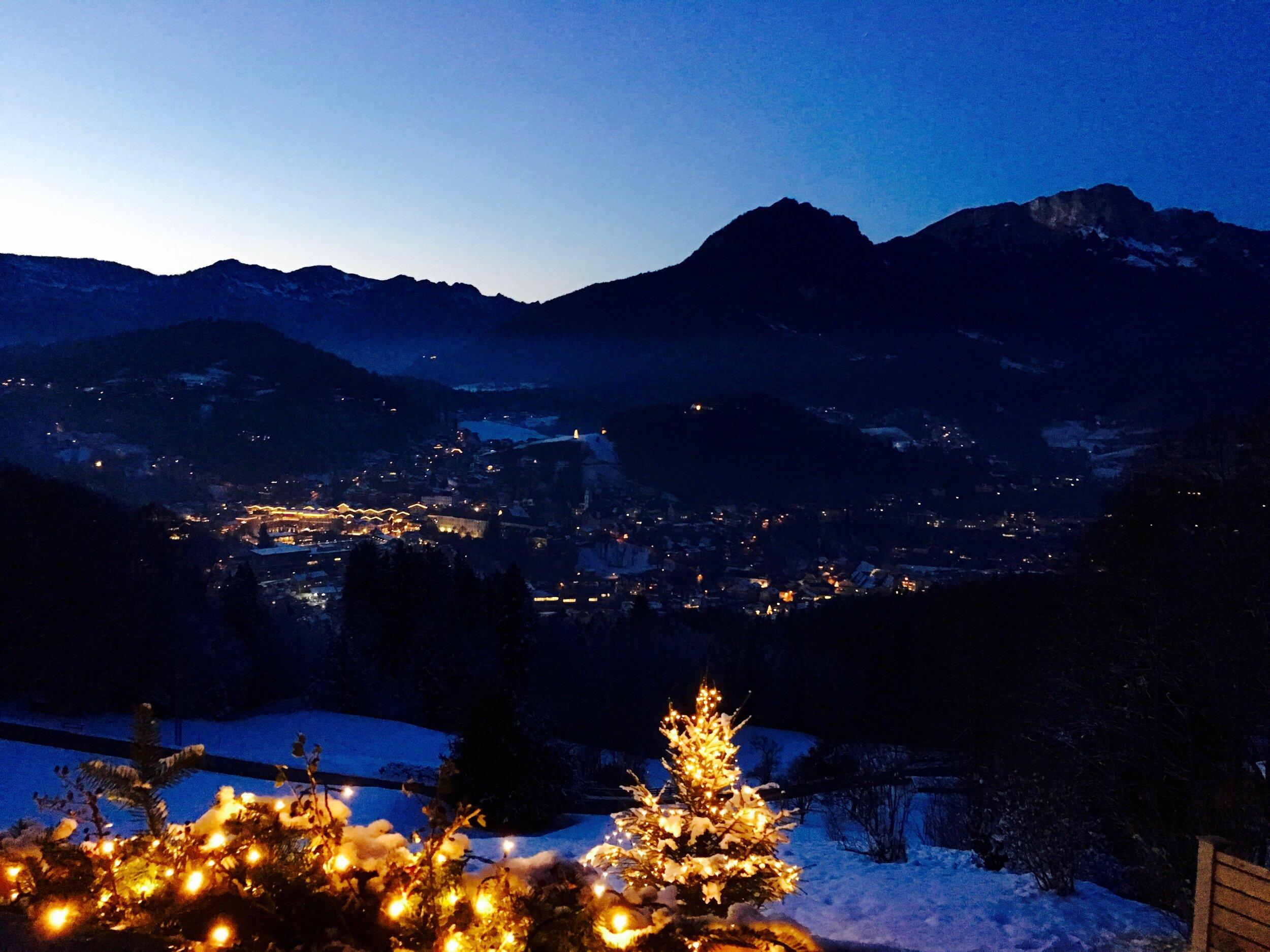 Ausblick auf den Berchtesgadener Advent - Zur Adventszeit erleuchtet der historische Ortskern von Berchtesgaden in einem besonders stimmungsvollen Licht. Für Ihre Weihnachtsfeier stehen Ihnen die Räumlichkeiten sowie die Terrasse der Salzbergalm exklusiv zur Verfügung.