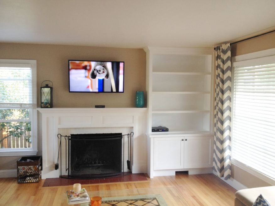 What it looked like after the built-ins were finished {not sure what's on the TV, LOL}.