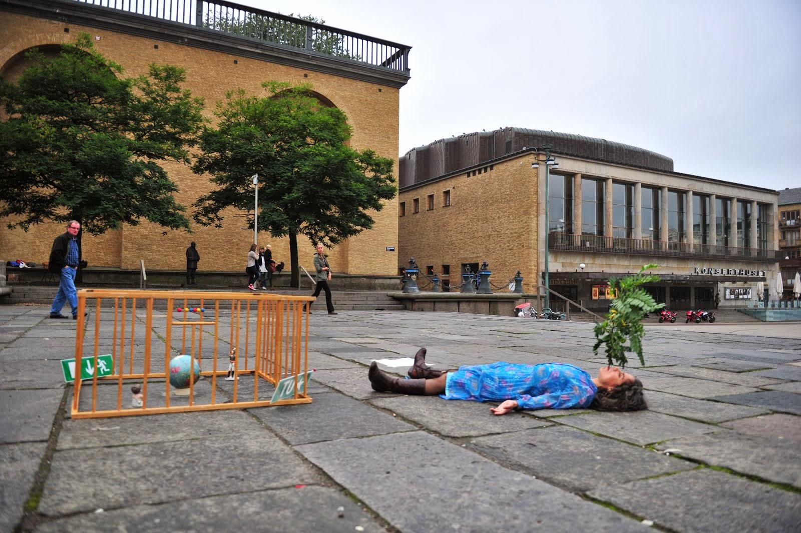 La Flor, live installation by Eli Neira, & La Pregunta del Mundo, installation, HGJ. Götaplatsen Square, Gothenburg. PAIAP11