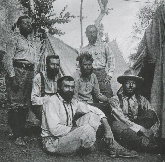 Crowley, durante el ascenso al Chogo-Ri, el segundo a la derecha en la fila central