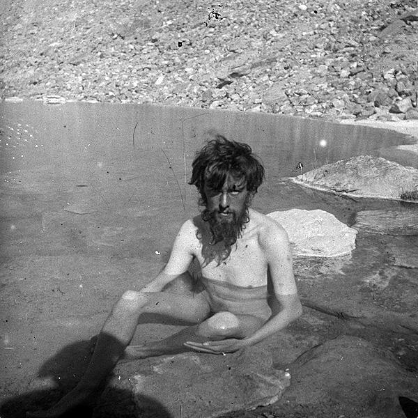 Crowley bañándose en una charca durante el ascenso al Himalaya