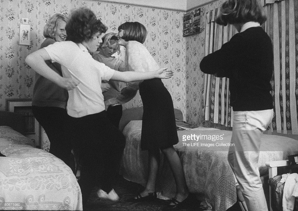 Primeros años sesenta. Adolescentes ingleses bailan el shake