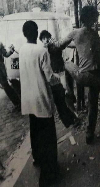 Instantes de la pelea. Un guardaespaldas de la banda se enfrenta a un periodista