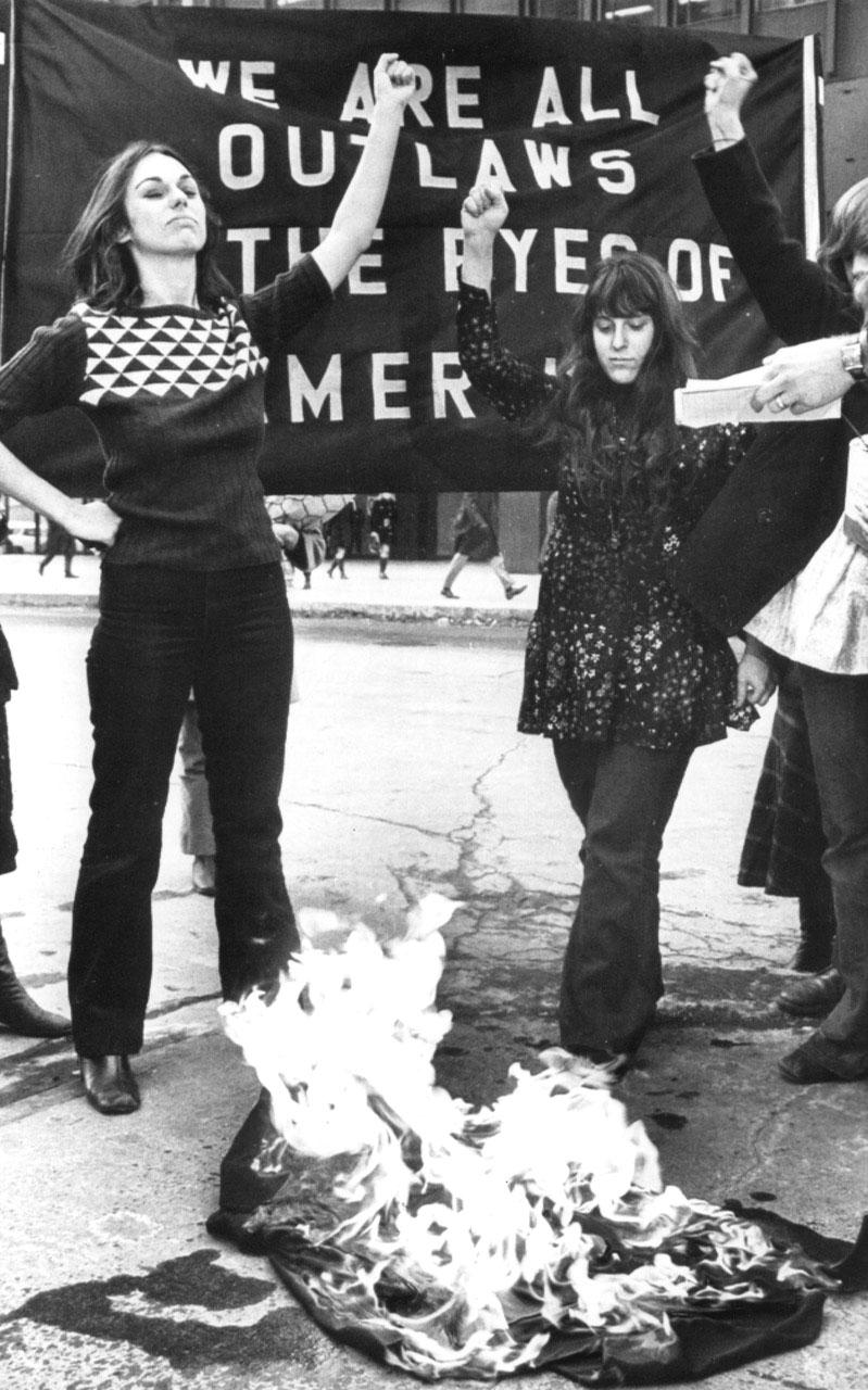 Nancy Kurshan y Anita Hoffman, de las primeras W.I.T.C.H.,queman sus «hábitos de bruja» tras arrojar sobre estos los escritos de acusación contra los «Ocho de Chicago».