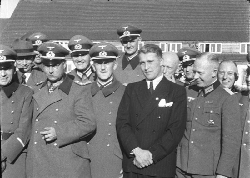 Von Braun, trajeado, junto a dirigentes nazis