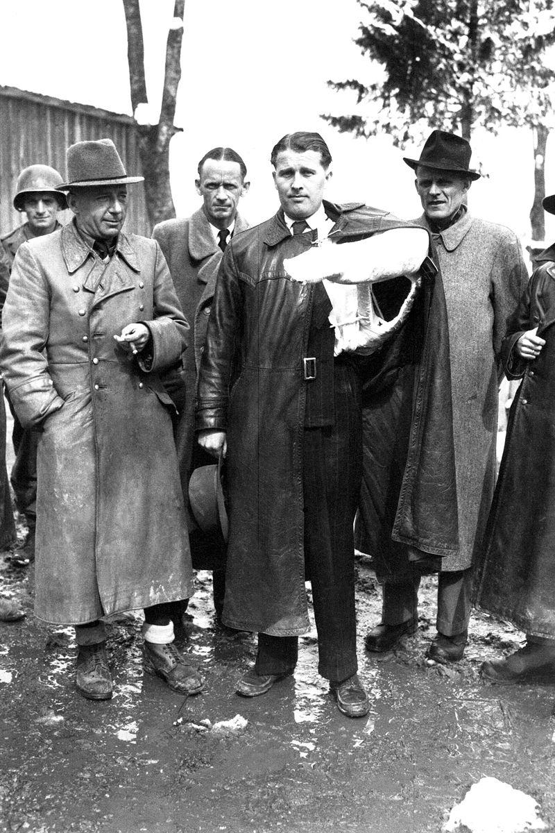 Von Braun, con un brazo escayolado a causa de un accidente de coche, en el momento de entregarse a las autoridades americanas